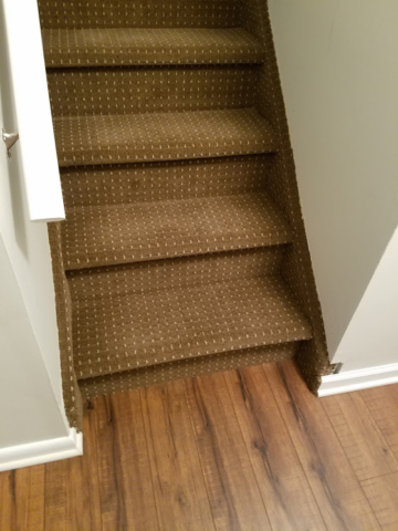 upstairs-staircase-newly-re-carpeted-staircase-leading-to-hallway-adjoining-guest-bedroom